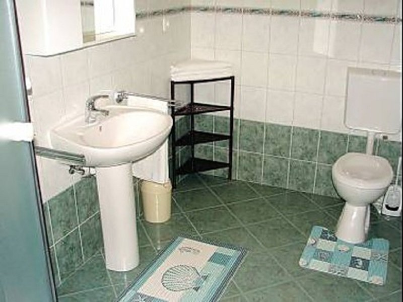A4 (2+2): bathroom with toilet