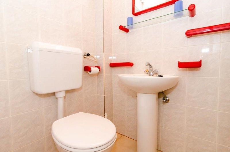 Plavi-SA2(2+1): bathroom with toilet