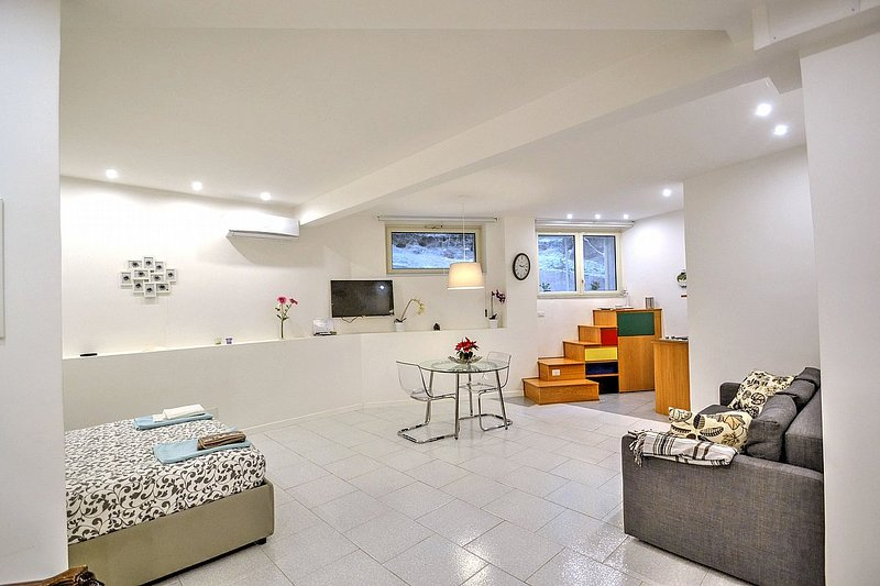 Posillipo Villa Sleeps 4 with Air Con and WiFi - 5586239, vacation rental in Fuorigrotta