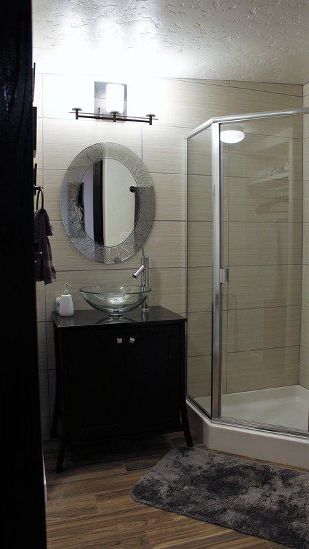 precioso baño con ducha ras de suelo.