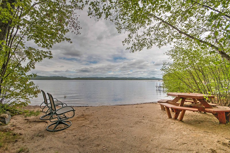 Lakefront Ossipee Cottage w/Screened Porch & Deck!, location de vacances à Freedom
