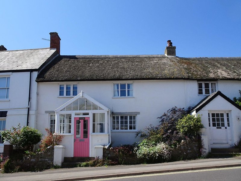BADGER COTTAGE, Grade II listed, pet friendly cottage in popular Dorset town, vacation rental in Charmouth