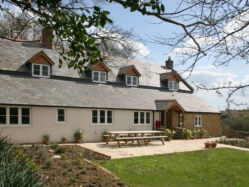 MARLES FARMHOUSE, beautifully converted farmhouse sleeping 12. Bridport 3 miles., location de vacances à Bradpole