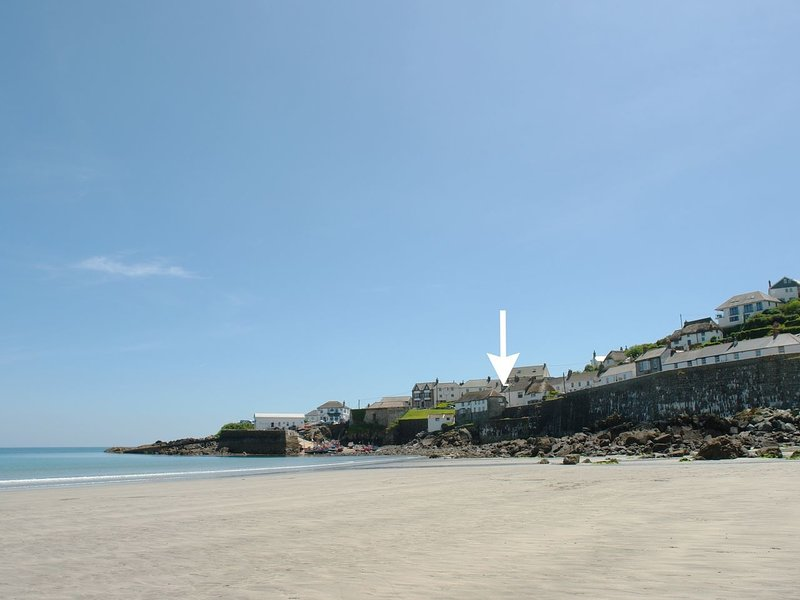 APRIL COTTAGE, idyllic, pet friendly, 18th cent. cottage in pretty Cornish, vacation rental in Coverack