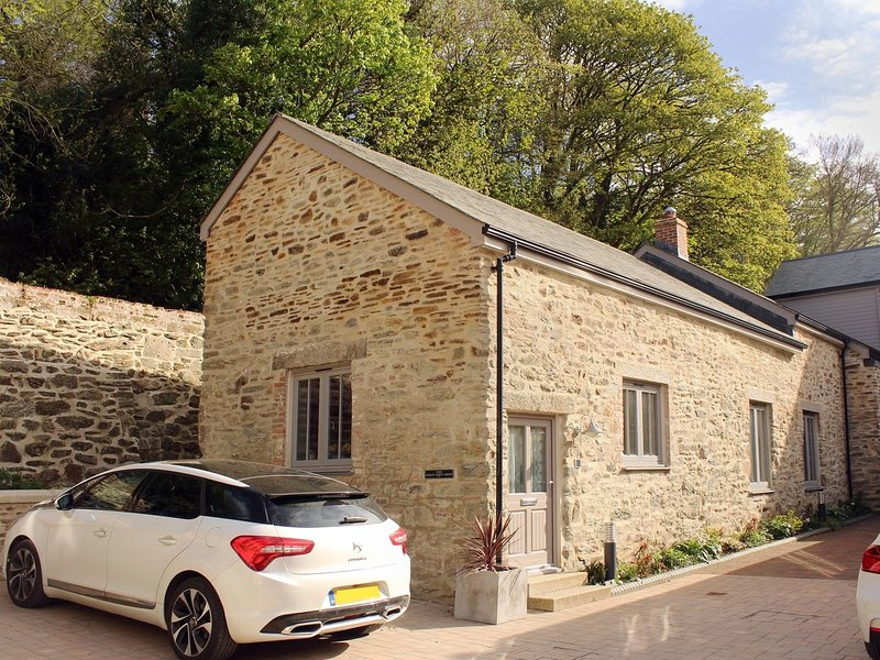 1 THE BRASS BOLT SHOP, immaculate Grade II listed cottage, in 5 acres of, holiday rental in Devoran