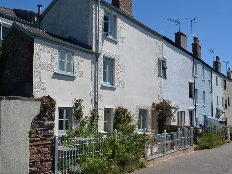 TREBYAN, This 17th cent. pet friendly cottage with sea views, close to beach, holiday rental in Rame