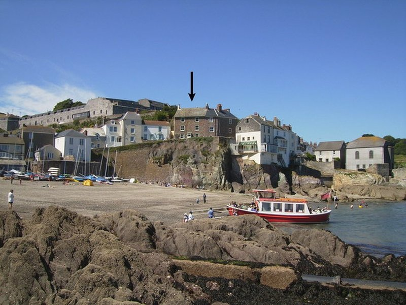 BALCONY COTTAGE, Grade II listed, 18th cent. cottage with exceptional sea, holiday rental in Rame
