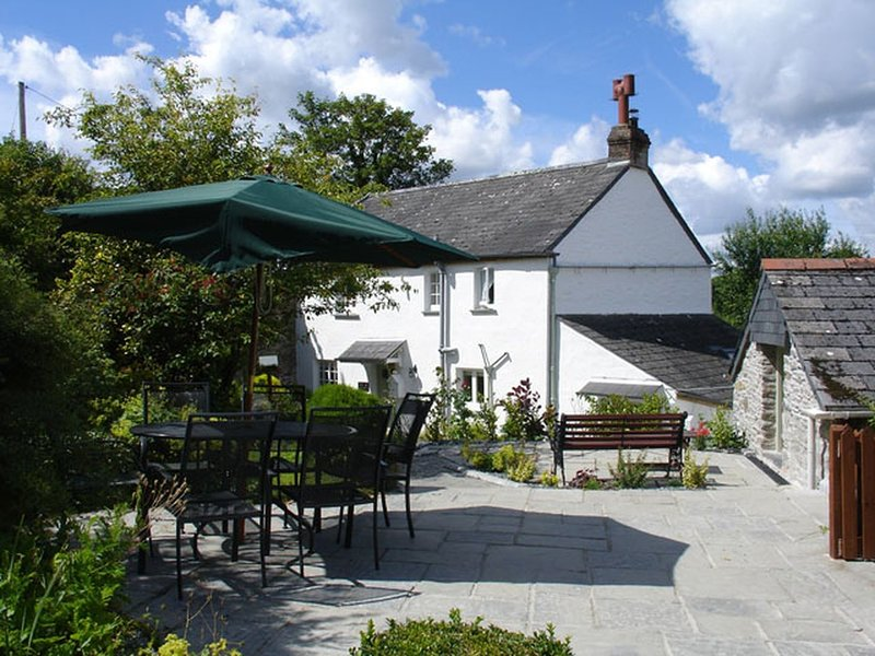 1 ROSE COTTAGES, pretty, semi-detached Georgian cottage with woodland views, holiday rental in Lerryn