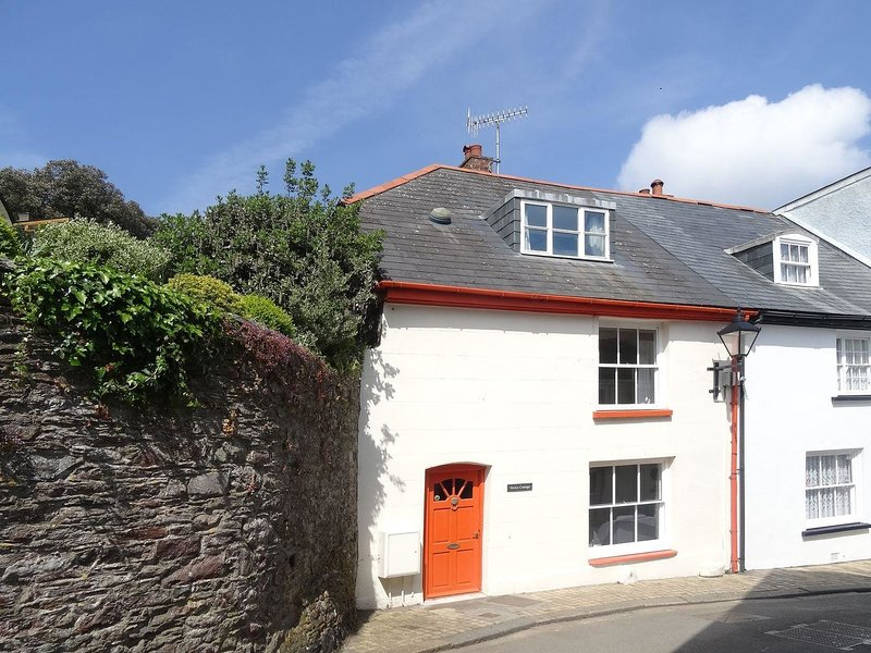 VECTIS COTTAGE, 18th cent. townhouse close to the beach in the popular Cornish, holiday rental in Rame