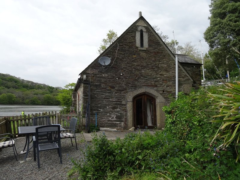 THE BOAT HOUSE, detached, 400 year old former boathouse in a riverside, vacation rental in Golant