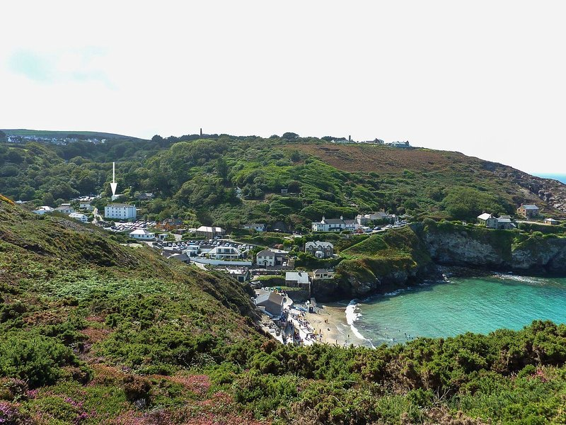 SEATHRIFT, beautifully styled ground-floor apartment on the Trevaunance Cove, vacation rental in St Agnes