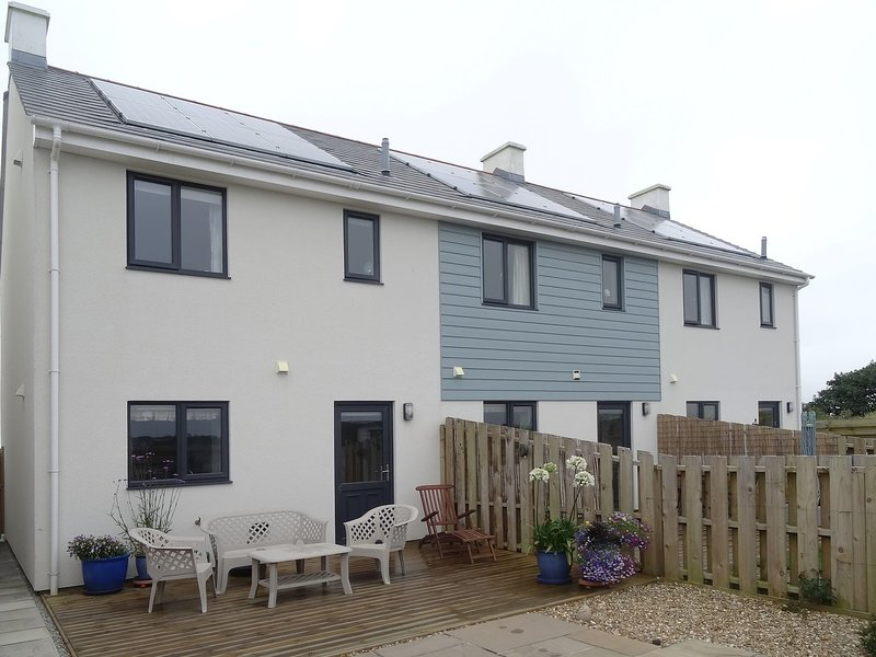 TREVETH, immaculate semi-detached house, close to Trevaunance Cove. In St Agnes., holiday rental in Mithian