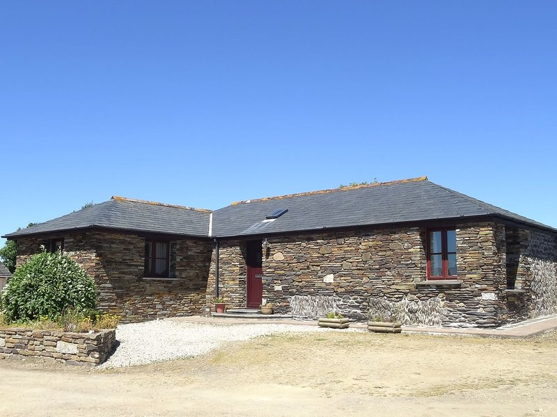 THE BARN, single-storey barn conversion ½ mile from Port Isaac., vacation rental in Port Gaverne