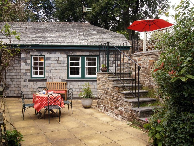 GROOMS COTTAGE, Grade II listed, detached, 18th century cottage with, holiday rental in St Minver