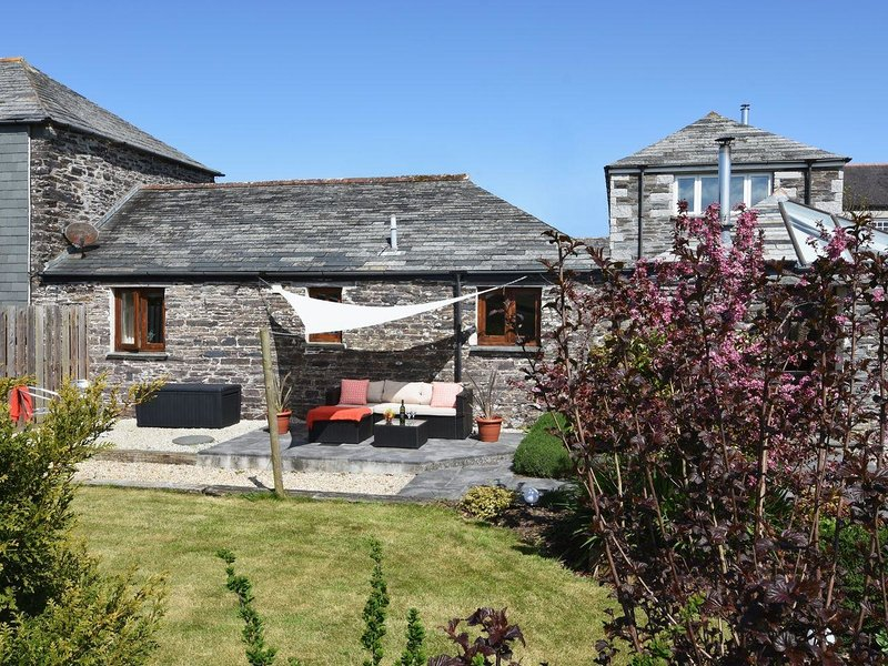 SWALLOW BARN, secluded, semi-detached cottage with neat, enclosed garden and, holiday rental in St. Mabyn