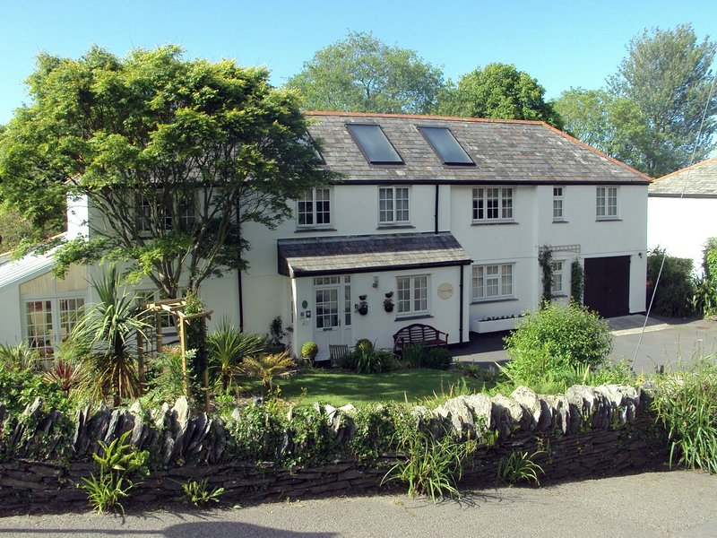 ORCHARD LODGE, splendid detached house short walk from harbour. Lovely gardens, holiday rental in Boscastle