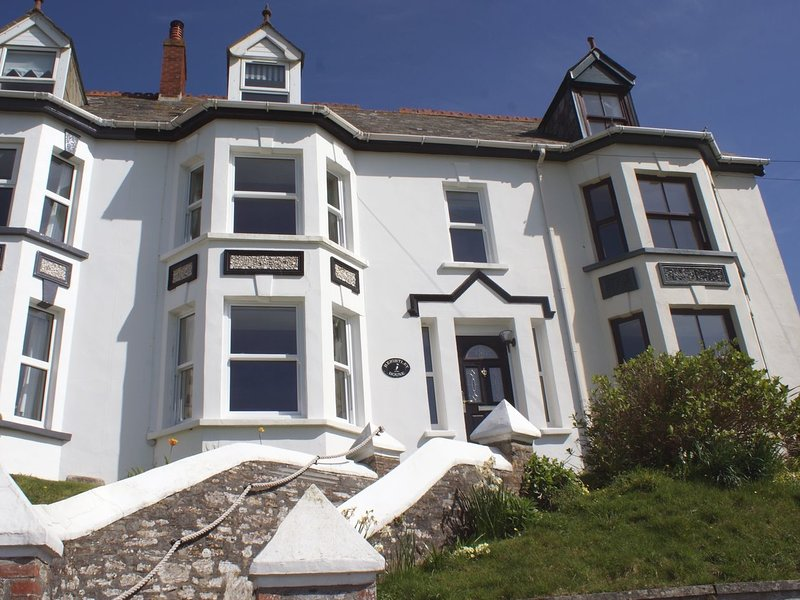 HEIGHTLEY HOUSE, Victorian home with great views to Trebarwith Strand and 1, holiday rental in Trebarwith