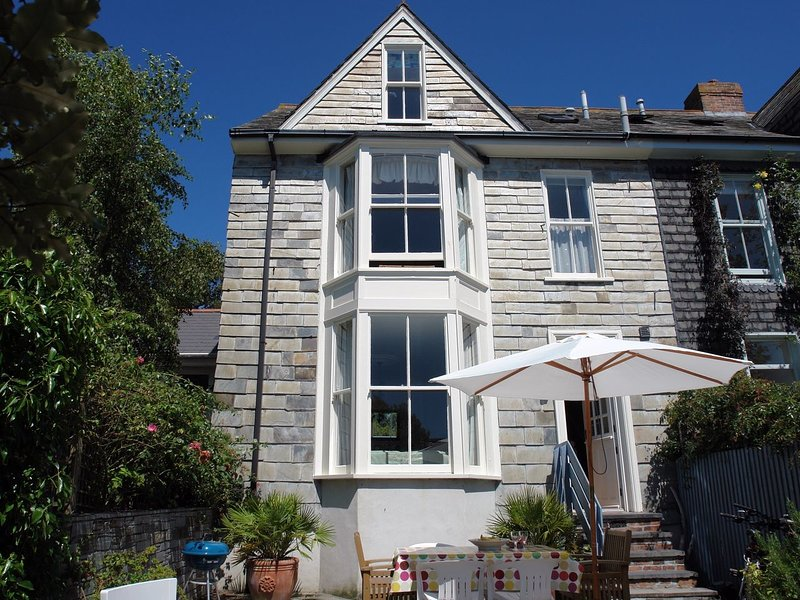 SHORE LODGE, early Victorian, semi-detached house 350 yards from Padstow's, vacation rental in Treator
