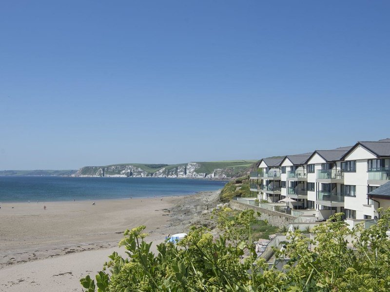 APARTMENT 23, smart beachside apartment with stunning sea views, use of indoor, holiday rental in Burgh Island