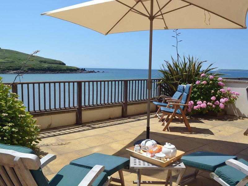 APARTMENT 6, smart beachside apartment with stunning sea views, use of indoor, casa vacanza a Bantham