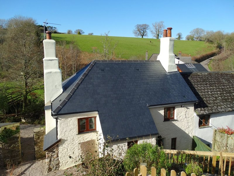 MEADOW BROOK COTTAGE, charming 18th century cottage with wood burning stove, vacation rental in Totnes
