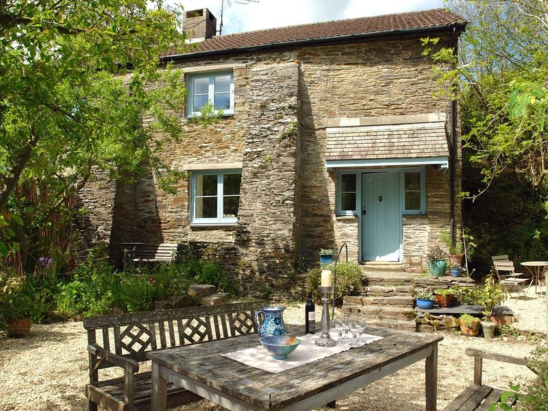 STERT MILL, sunny, stylish cottage with open fire in peaceful woodland, holiday rental in Diptford
