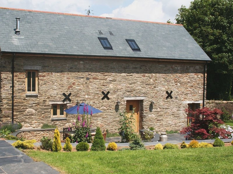 THE HAY BARN, detached converted barn on traditional Devon farm, with indoor, location de vacances à Washbourne