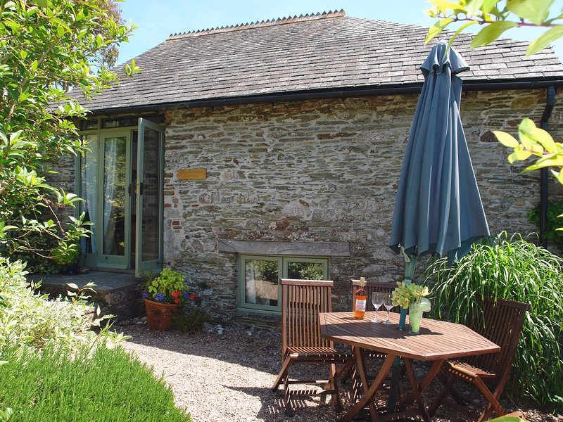 PARSONAGE FARM COTTAGE, cosy, converted barn on the edge of popular riverside, aluguéis de temporada em Yealmpton