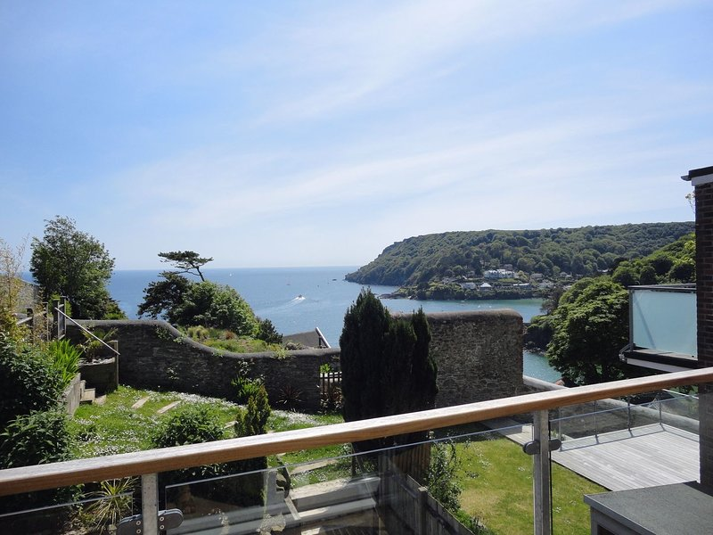 3 HAZELDENE, comfortable apartment with coastal views, 500 yards from North, vacation rental in Salcombe