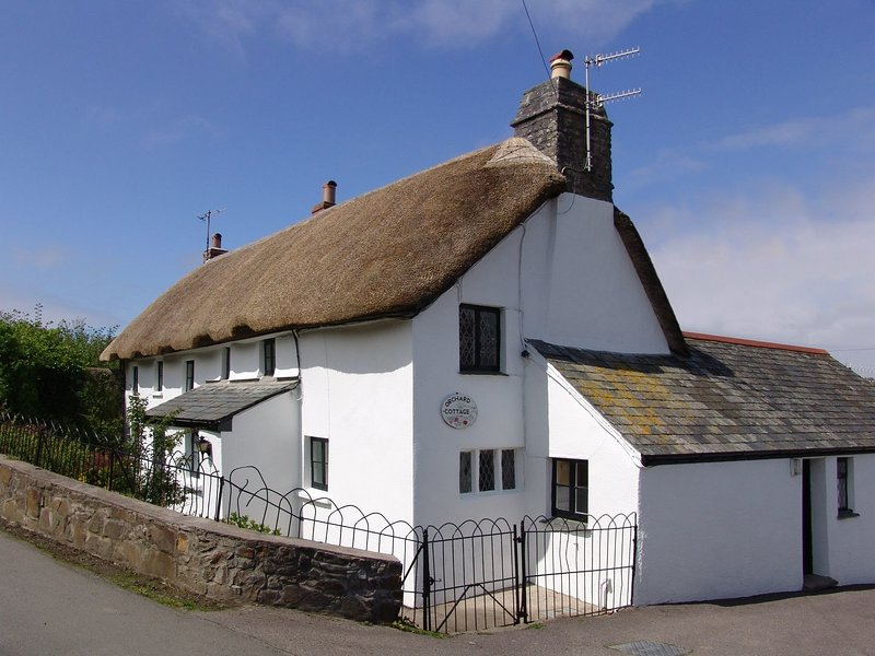 ORCHARD COTTAGE,  Grade II listed, 16th century house with indoor swimming, vacation rental in Hartland