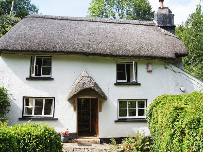 LOWER BARLEY HAYES, magical thatched cottage in a private woodland valley, casa vacanza a Petrockstowe