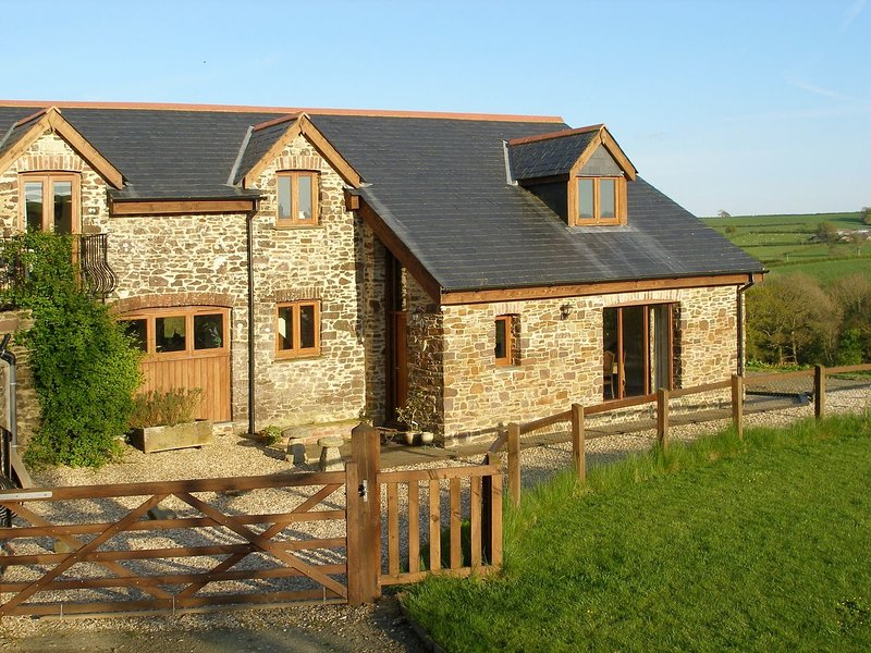 JACKDAWS COTTAGE, converted granary with stunning countryside views, games barn, casa vacanza a Chulmleigh