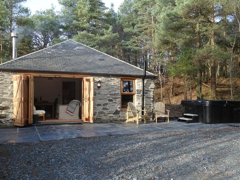 ROCK VIEW COTTAGE, luxurious, stone-built single-storey cottage, surrounded by, vacation rental in Lamerton
