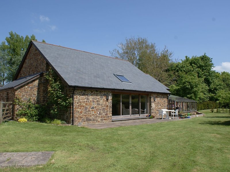 THE OLD PARLOUR, converted milking parlour in beautiful countryside with acres, holiday rental in Okehampton