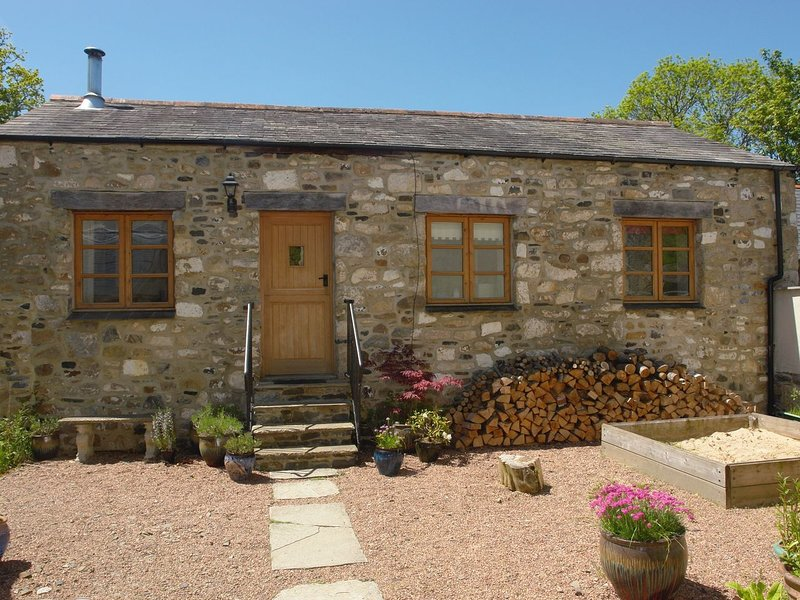 MILL HOUSE BARN, sweet detached cottage for two with wood burning stove and, holiday rental in Okehampton