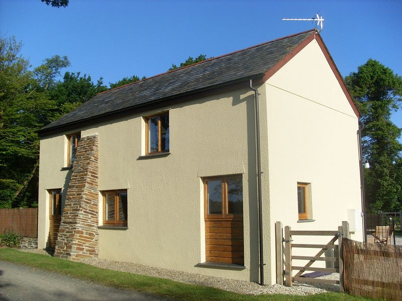 ACORN COTTAGE, smart lakeside cottage with 12 acres of woods to wander. Lifton, vacation rental in Beaworthy
