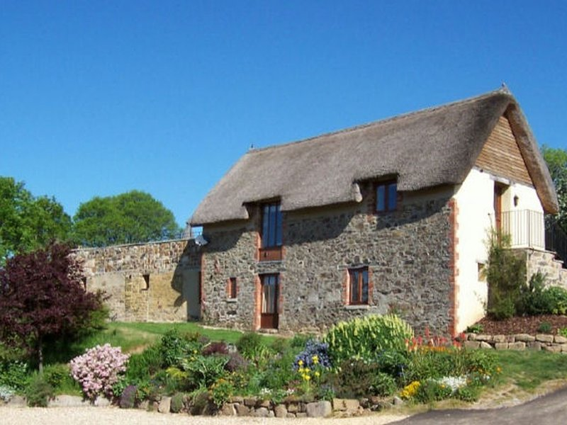 THE COTTAGE, gorgeous, thatched 'chocolate box' cottage with indoor pool, holiday rental in Okehampton