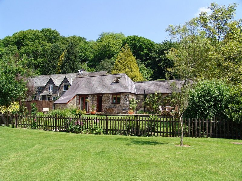 HONEY HOUSE, peaceful cottage in grounds of historic mill house. Lifton 5 miles., holiday rental in Lydford