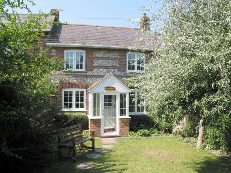 POPPY COTTAGE, charming 19th century cottage with open fire in handy village, holiday rental in Winterborne Whitechurch