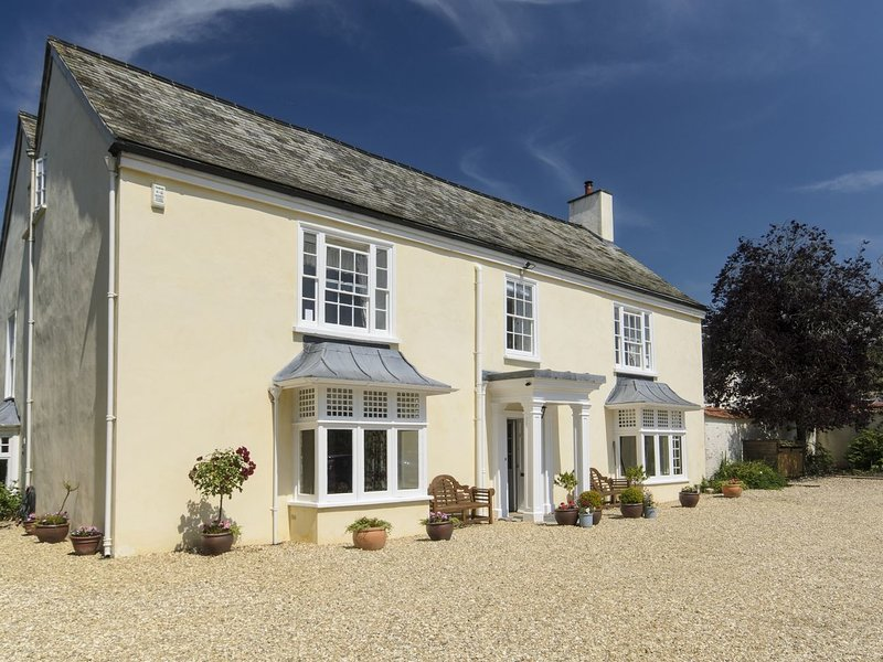 ABBOTS MANOR, splendid country manor house with wood burning stove, grand piano, holiday rental in Honiton