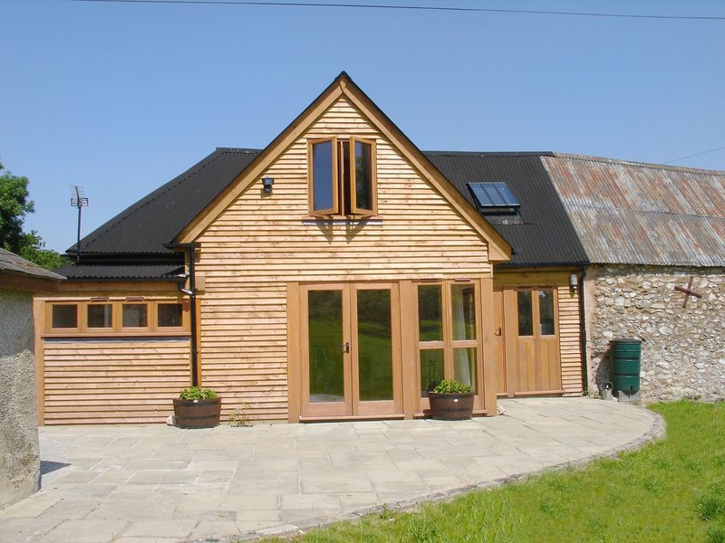 ABBEY CROSS BARN, attractive wood-clad, pet friendly cottage, in quiet village, holiday rental in Uffculme