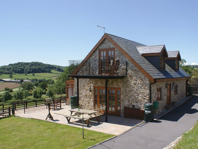 HISCOX COTTAGE, smart detached cottage with games room on large farm to wander, holiday rental in Colyford