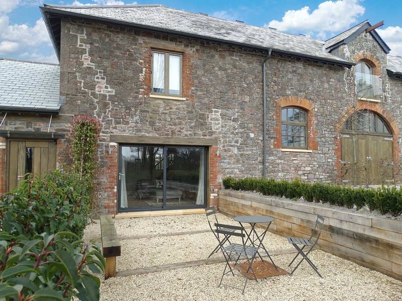 GARDENERS COTTAGE, super 5* cottage in grounds of striking Grade II listed, holiday rental in Bradninch