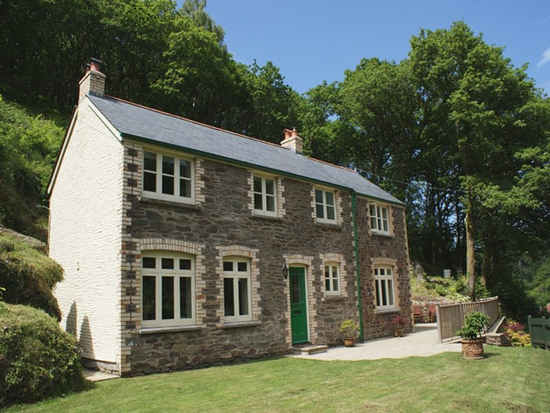GLENVIEW, smart detached Exmoor house, surrounded by woodland. Lynmouth 1, vacation rental in Parracombe