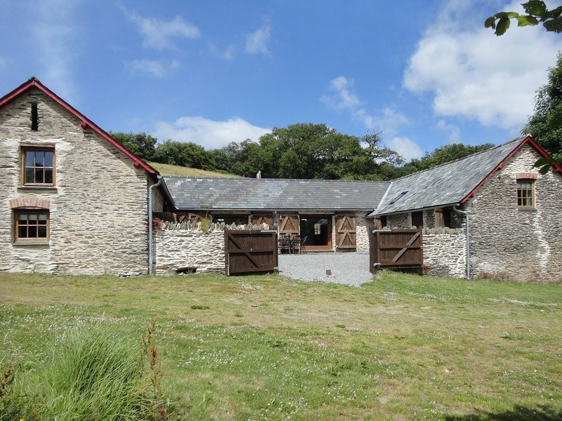 NETHERCOTE BYRE, wonderfully remote converted Exmoor barn. Exford 3 miles., vacation rental in Winsford