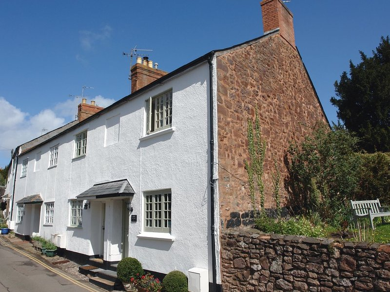 BODKIN COTTAGE, delightful cottage with wood burning stove and sunny courtyard, location de vacances à Dunster