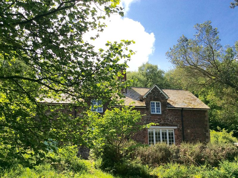 HEYDEN COTTAGE, tranquil woodland cottage on Exmoor, brilliant for walking and, location de vacances à Wootton Courtenay