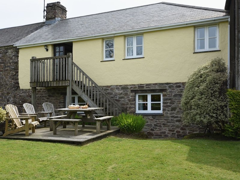 OWLS ROOST, smart Exmoor farm cottage with hot tub. Combe Martin 2 miles., vacation rental in Parracombe