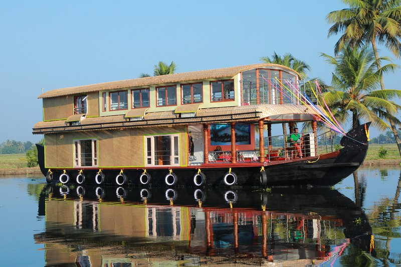 Beachparadise 3bedroom a/c deluxe houseboat with all meals in Alleppey backwater, vacation rental in Kottayam