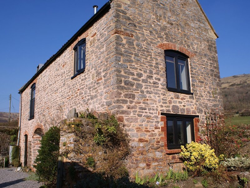 THE BARN, pretty Somerset cottage with lovely views to the Mendips. Cheddar 4, holiday rental in Churchill